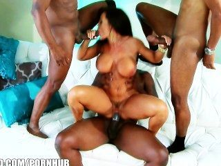 big-Tit MILF Lisa Ann nimmt fünf Hähne in interracial gangbang