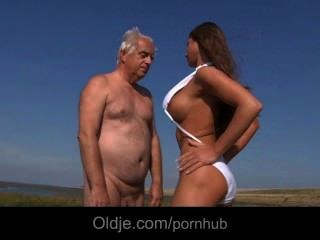 big boobs Teeny fickt ein Oldman am Strand