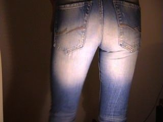 Homosexuell in sehr engen Jeans