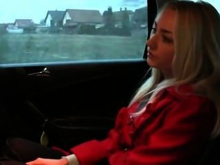 blonde Amateur Doggy Style in Taxi gefickt