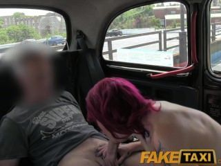 faketaxi punk rock chick Sex in schwarzen Taxi