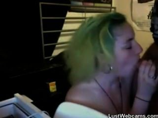 Punk Teen gibt Blowjob auf Webcam