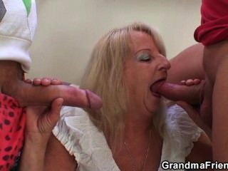 Party 3some mit boozed blonde granma