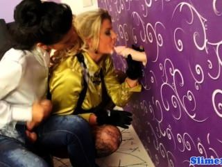 cumcovered Bukkake Schlampen bei Glory Hole mit strapon