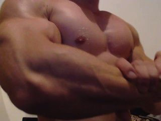 Bodybuilder close up beugen