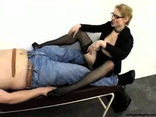 rücksichtslosen sexy blonde Domina Sekretärin in High Heels