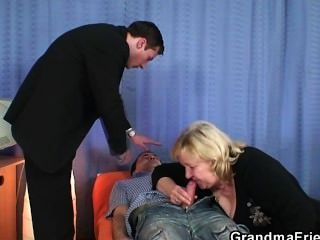 Oma gibt Doppel Blowjob und bekommt doggystyled